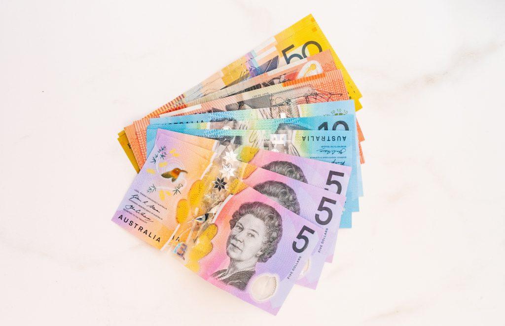 Plusieurs billets de dollars AU