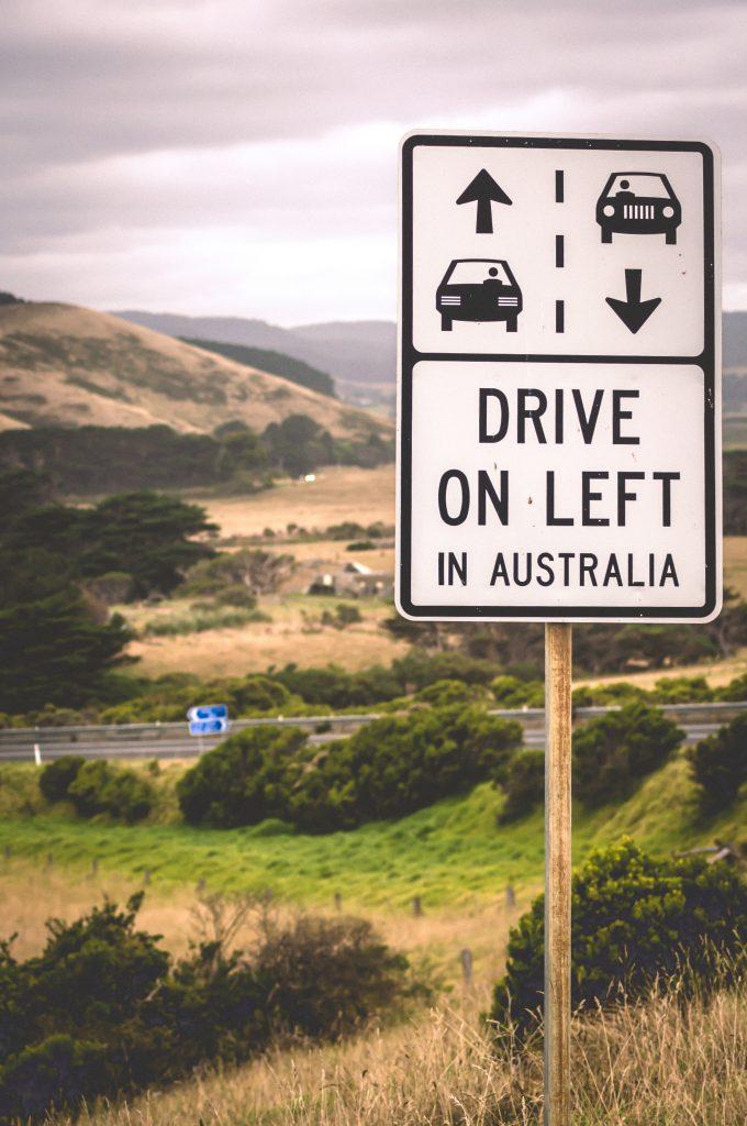 """Routes australiennes avec panneau de signalisation """"rouler à gauche"""""""
