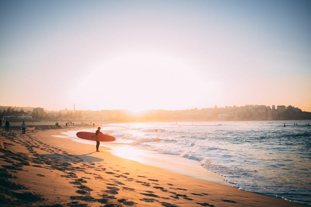 Plage australienne avec un surfeur